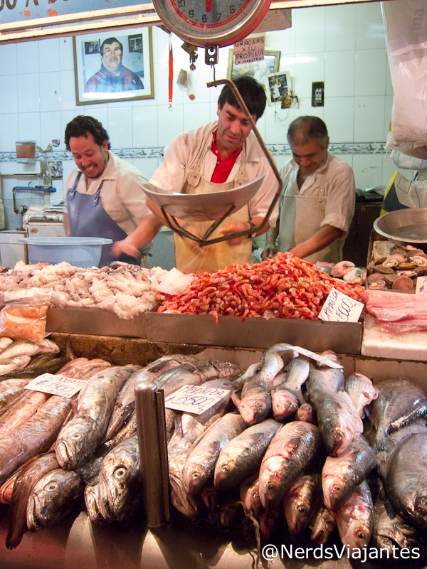 Barraca de peixes e frutos do mar no mercado de Santiago - Chile