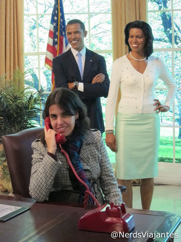Nerd atendendo o telefone do Obama no Madame Tussauds em NY