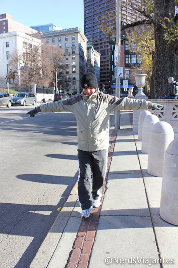 Nerd se equilibrando na Freedom Trail em Boston