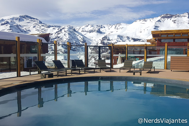 Piscina aquecida com vista para as montanhas do Valle Nevado - Chile