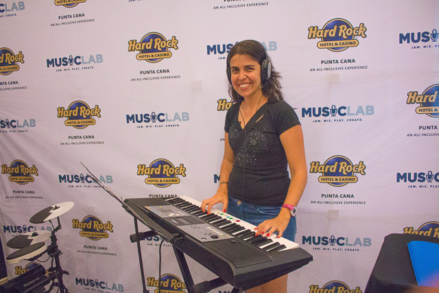 Nerd participando do Music Lab no Hard Rock Hotel & Casino Punta Cana. Foto: Divulgação do Hard Rock Hotel & Casino Punta Cana