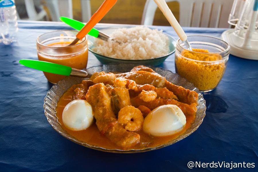 Peixe ao molho de camarão e acompanhamentos
