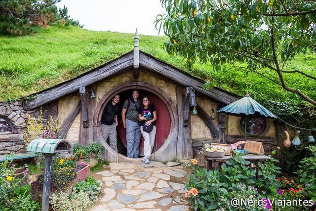 Nós e o Oscar do blog Viajoteca visitando Hobbiton, cidade dos Hobbits na Nova Zelândia