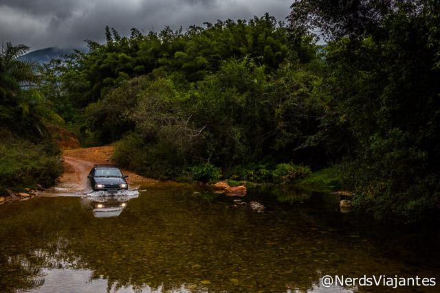 Carro normal atravessando o rio no caminho para as cachoeiras da Maçã e Intancado na Cabeça de Boi - Minas Gerais